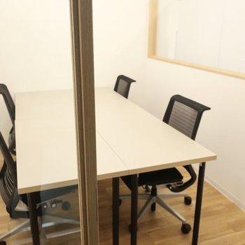 予約制の会議室もあります。