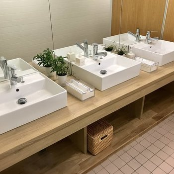 トイレは造作の洗面台がキュート◎