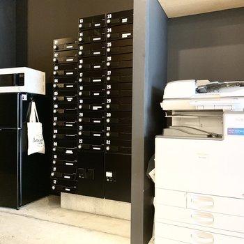 共用部には複合機やポスト、冷蔵庫なども完備しています。