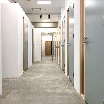 ブースの廊下はホワイトとブルーでシンプルな可愛さ。