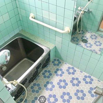 2種類のブルーでとってもかわいらしいお風呂。このレトロ感がクセになります♪