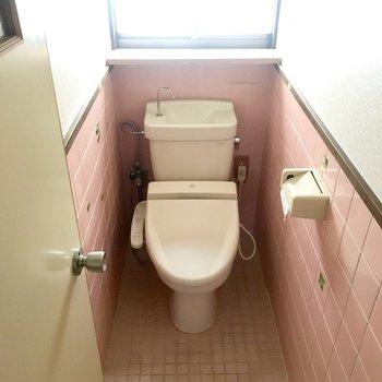 そのとなりにトイレです。ウォシュレットつき!