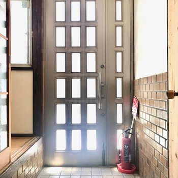 玄関とお部屋のあいだには高い段差がありますが、靴の脱ぎ履きにぴったりの高さです。