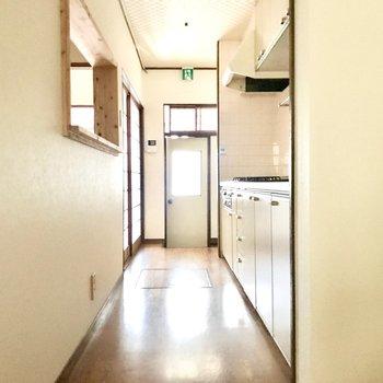1階に戻ってきました。キッチンは細長いですがゆったり。