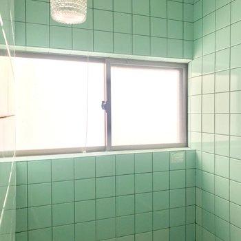 横長の窓と、これまたレトロな照明も。