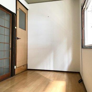 【1F洋室4帖】奥のとびらを開けると階段があります。
