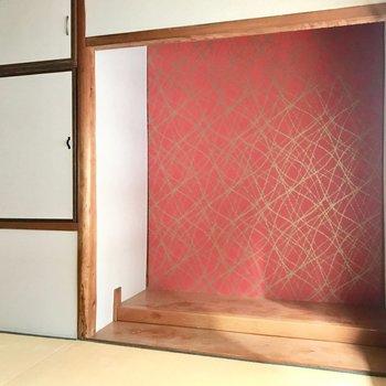 【2F和室6帖】赤と金のパッと華やぐ床の間!モダンアートや西洋風の植物を飾ればあか抜けそう。