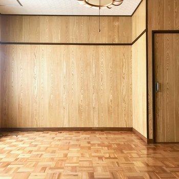 【2F洋室14帖】いちばん広いお部屋です!日差しと木細工のフローリングで、明るい印象。