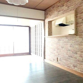 【1F洋室6帖】レンガ柄のクロスとカウンターで、ガラッと外国風の雰囲気に!