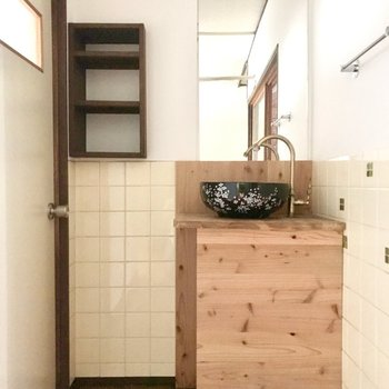 木製ボディとこってり和風の洗面ボウルの組み合わせ。ちいさな棚もあります。
