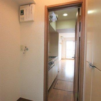 洗濯機置き場は玄関に。