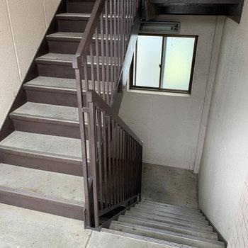 階段で1階へ