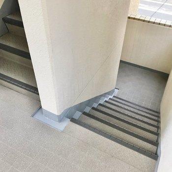 この階段をのぼって3階まで。段数は少なく感じました。