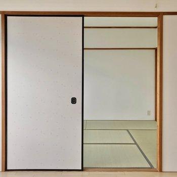 お隣の和室も、襖を取ればゆったり使えますよ。