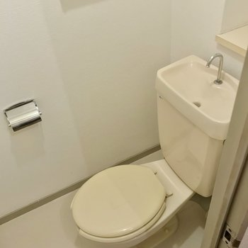 トイレはシンプル。お気に入りのカバーを掛けて使いたいですね。