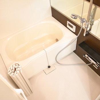 ゆったりめの浴室!鏡が横幅いっぱいです。
