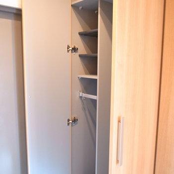 靴の他、コートやカバンなどよく使うものを入れておける棚もあります。