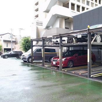 【共用部】すぐそばに駐車場です。