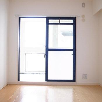 【洋室①】こちらのお部屋からもベランダへ出ることができます。