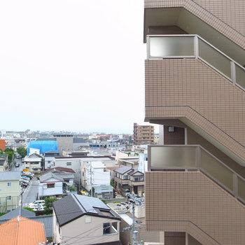 眺望はお向かいのマンションと街並み。空もしっかり感じられます!