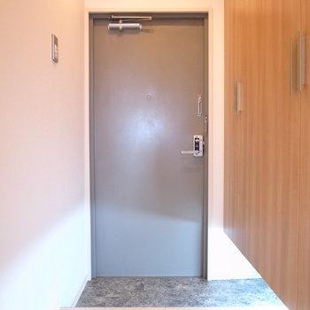 玄関は少しコンパクトです。