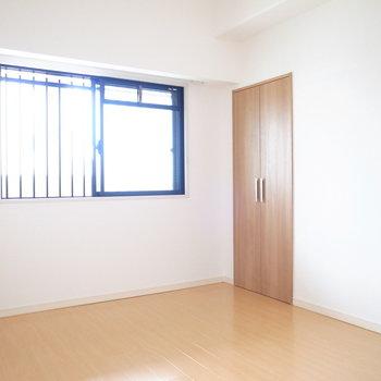 【洋室②】廊下に面したお部屋です。日差しがしっかり入ってきてました。