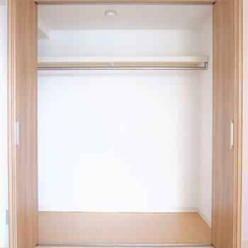 【洋室①】お洋服がたっぷりと入るクローゼットです!