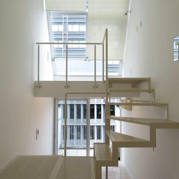 3層目から見た2,4層目。(※写真は9階反転間取り別部屋のものです)