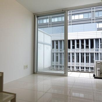 これは2層目ですね。窓がおおきい!(※写真は9階反転間取り別部屋のものです)
