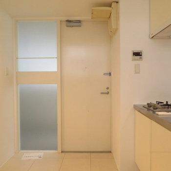 ここは玄関ですね!その横にはキッチンが(※写真は9階反転間取り別部屋のものです)