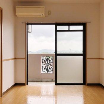 〈洋室①〉リビング横の5.9帖の洋室はエアコン付きで快適!