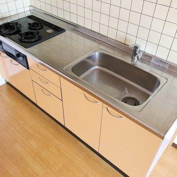 システムキッチンにはガスコンロ3口付きで毎日の料理も頑張れちゃいますね〇