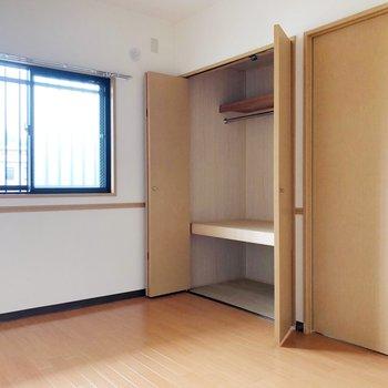 〈洋室②〉こちらのも収納が。2段に分かれていて使いやすい。