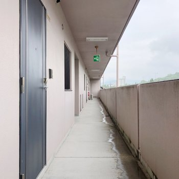 扉を開けると長ーい廊下が。