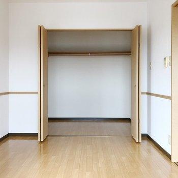 〈洋室①〉クローゼットは正方形型で、ハンガーも掛けられて便利。