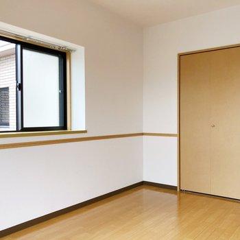 〈洋室①〉2面採光でより日当たりがいいですよ。目覚めも良くなるので、寝室にするのがいいかも。