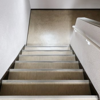 3階までは階段を上りましょう。