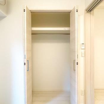 部屋の広さに対して少しコンパクトなので、収納ケースも使うのがオススメ。