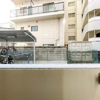 1階なので眺望はあまり望めませんが、ベランダの前はマンションの敷地内なので防犯面は安心できそう。