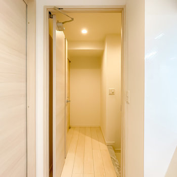 トイレは玄関に出て左奥に。