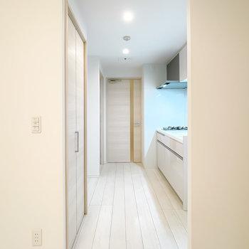 LDの奥にはキッチンスペース。脱衣所や玄関はこちらからアクセス。