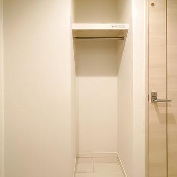 トイレの横にはコート掛け。帰ったらサッと掛けられるのが嬉しい。