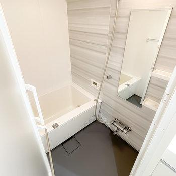 お風呂も白で清潔な雰囲気に。嬉しい追い焚き・浴室乾燥機付きです。
