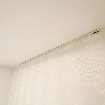 照明下にはフックがあり、アートなどを吊り下げることができます。