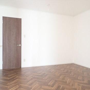 洋室①】このお部屋は窓がないです。間接照明を置きたいな。