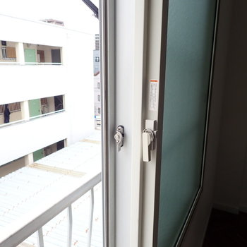 洋室②】ここの洋室だけ、二重窓になっています。