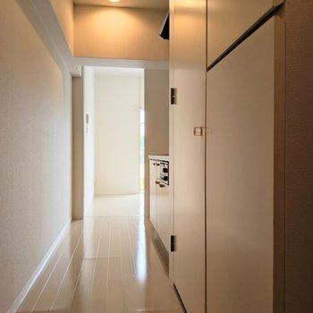 廊下もなんだかいい雰囲気。手前のスタイリッシュな扉を開けると・・(※写真は2階の同間取り別部屋のものです)