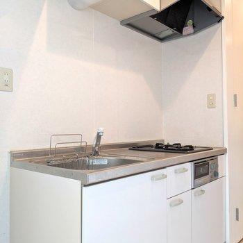 ホワイトのキッチン爽やか(※写真は2階の同間取り別部屋のものです)