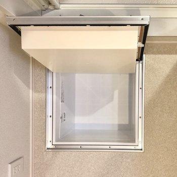 浴室前に床下収納。シャンプーなどの詰め替えをここに収納でもいいですね。