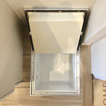冷蔵庫置き場の下にはまさかの床下収納!入居時に全く使わないものを事前に入れておくと良いですね。